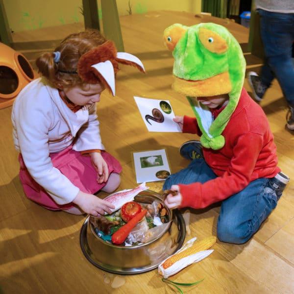 Enfant déguisé en grenouille et renard dans l'animation drôle de forêt