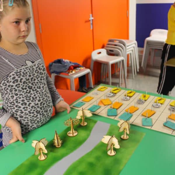 Jeune fille dans l'atelier second vie du papier