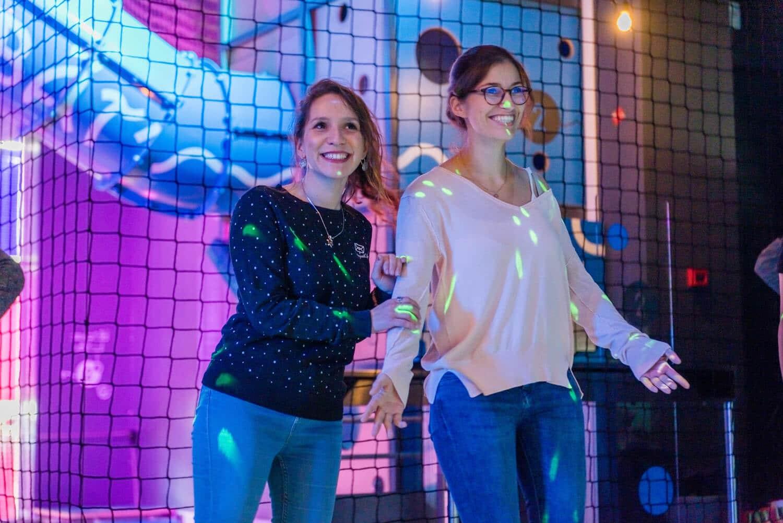 Deux filles adultes dans l'Odyssée des éléments qui sourient