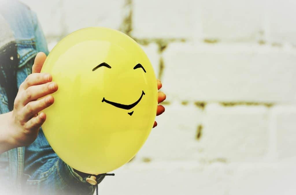 Expérience sur la force de l'air : ballon jaune
