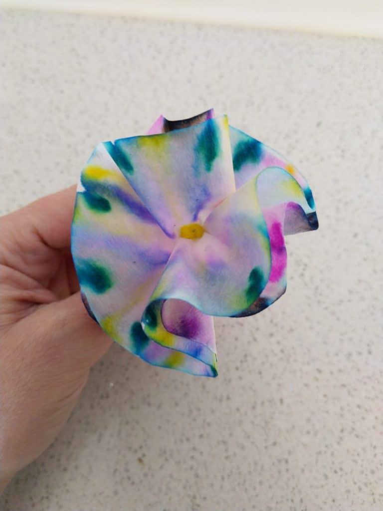 Expérience scientifique : chromatographie créative - fleur en papier