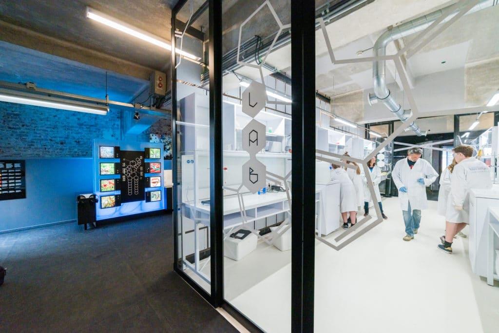 Entrée du Labo chimie avec des étudiants en atelier