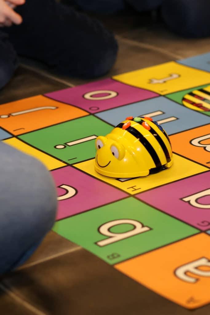 Beebot : robot abeille en atelier de programmation primaire