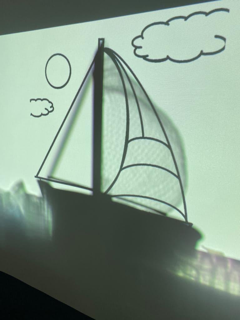 Projection de l'ombre d'un bateau sur un écran blanc
