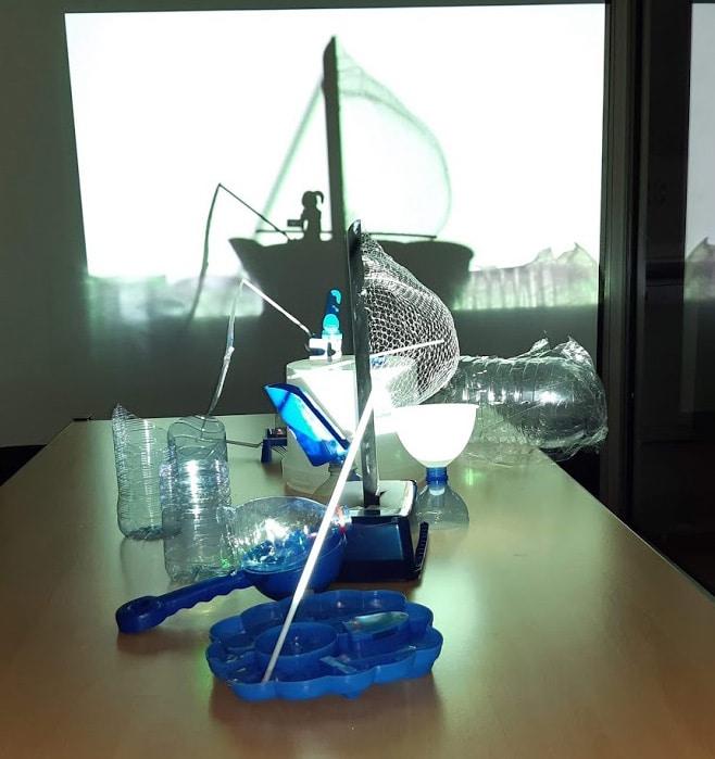 Sculpture en plastique recyclé en shadow art.