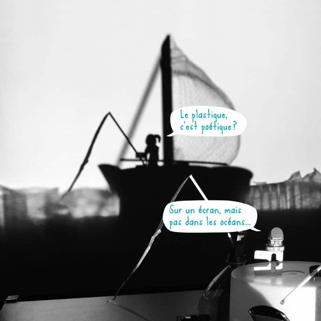 Visuel du concours Océans plastifiés : bateau en ombre projetée