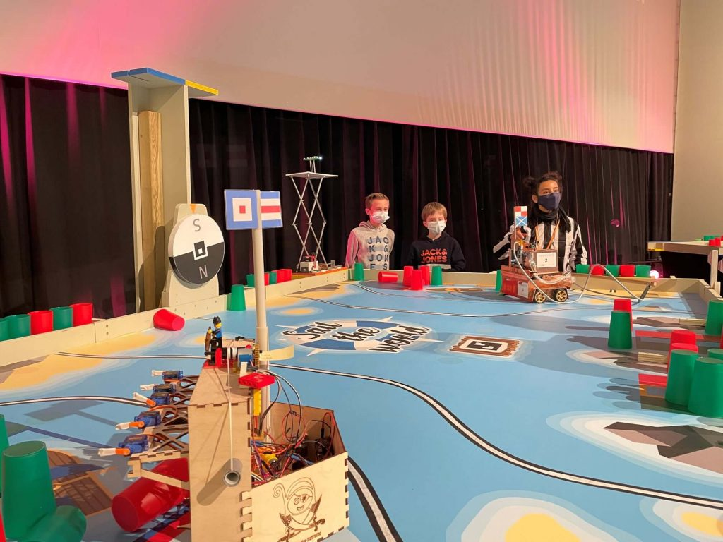 Ambiance robotix's junior avec table de jeu, équipe et arbitre
