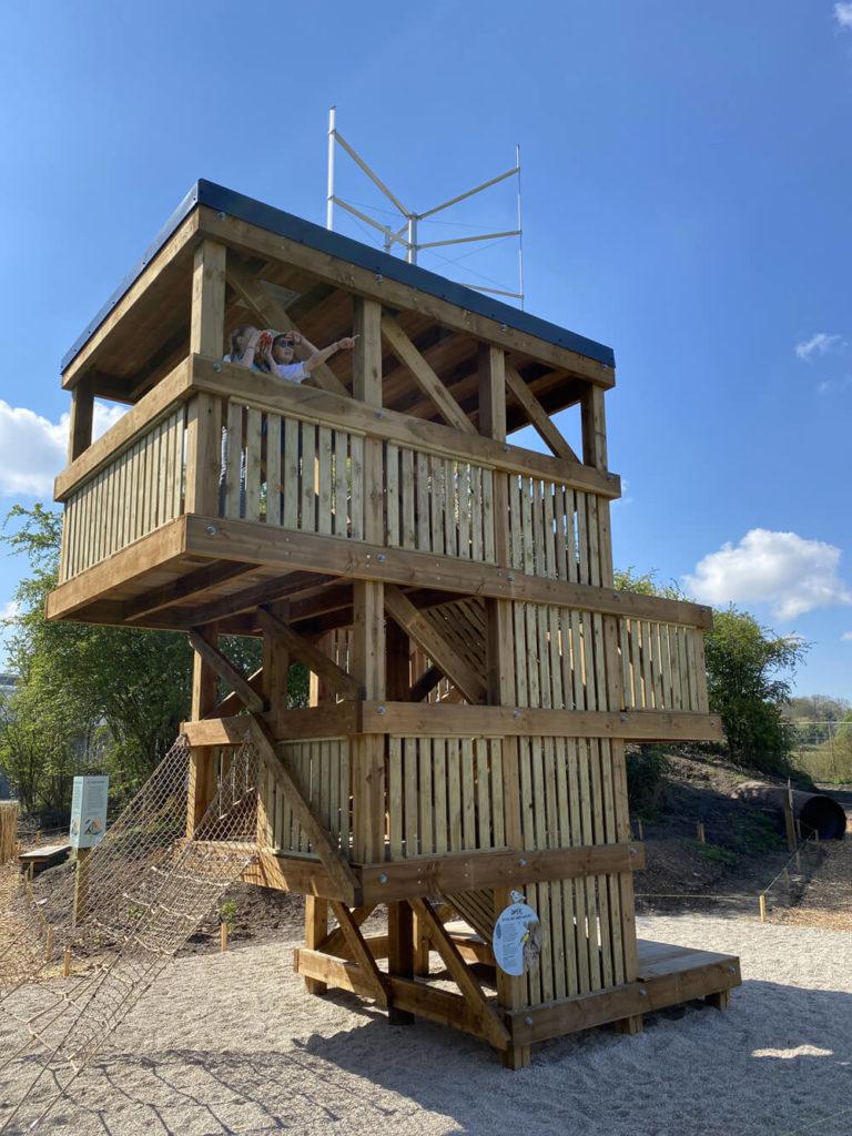 Filles en haut de l'observatoire en bois du Jardin de la biodiversité