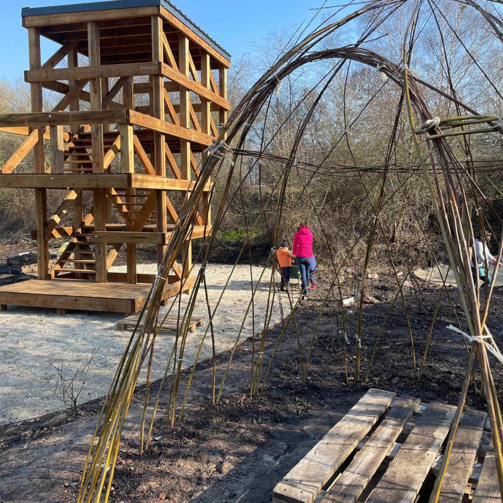 observatoire en bois et cabane en saule tressée