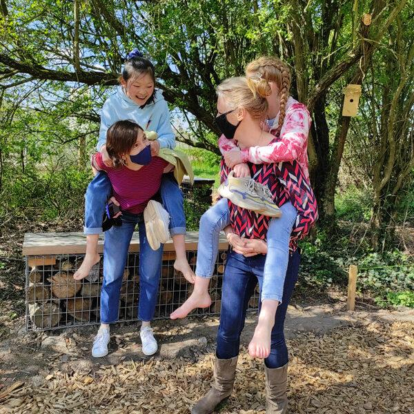 Maman et enfants dans le jardin de la biodiversité