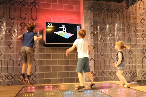 Piste de danse énergie au Pass avec 3 enfants qui sautent