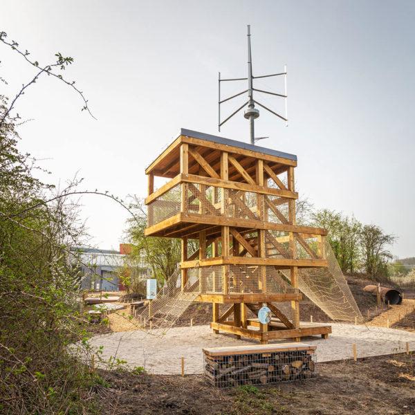 Observatoire en bois devant éolienne dans le Jardin de la Biodiversité