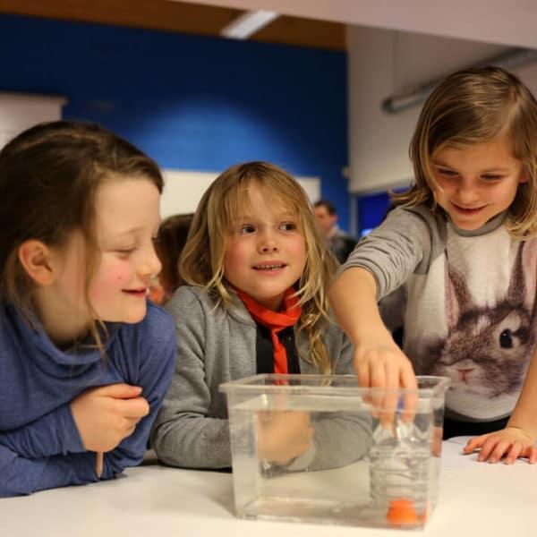3 enfants en stage autour de la thématique de l'eau