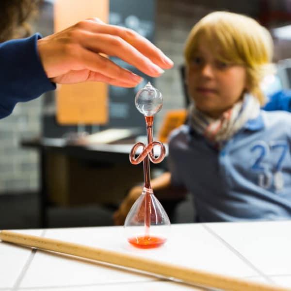Expérience avec un thermomètre de Galilée