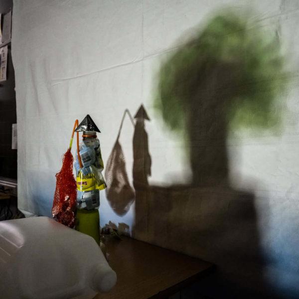Oeuvre en shadow art un pêcheur japonais et son sac plastique j