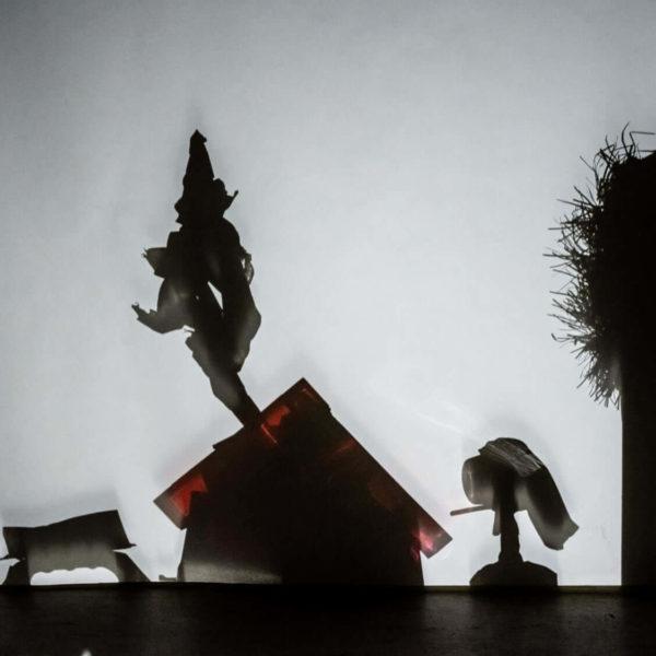 Œuvre en shadow art maison, arbre et jeune fille