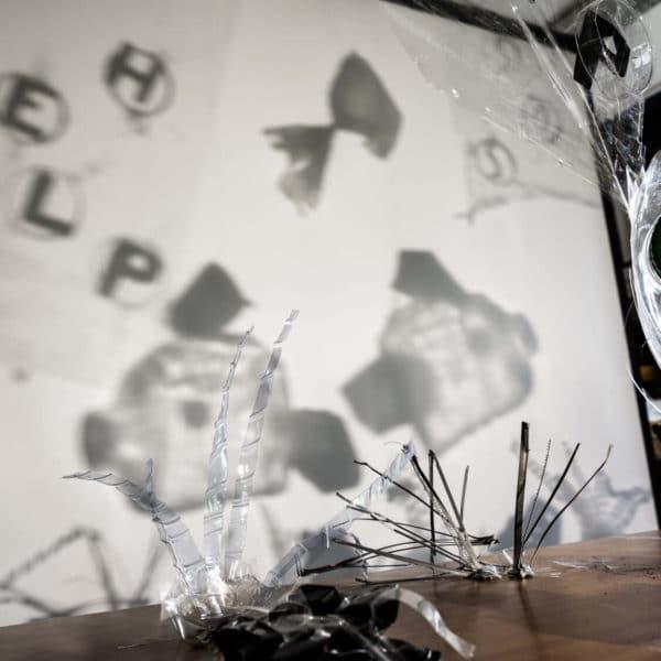 Oeuvre en shadow art poisson qui appellent à l'aide