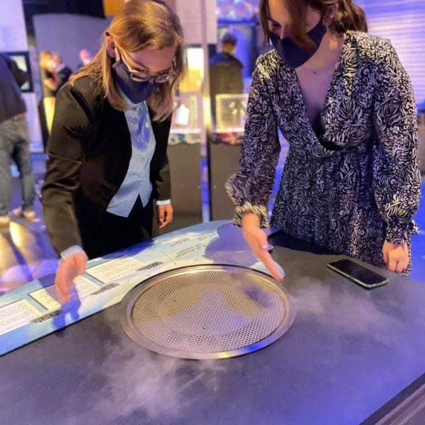 Deux jeunes femmes font des nuages dans l'expo Geo'Dynamic