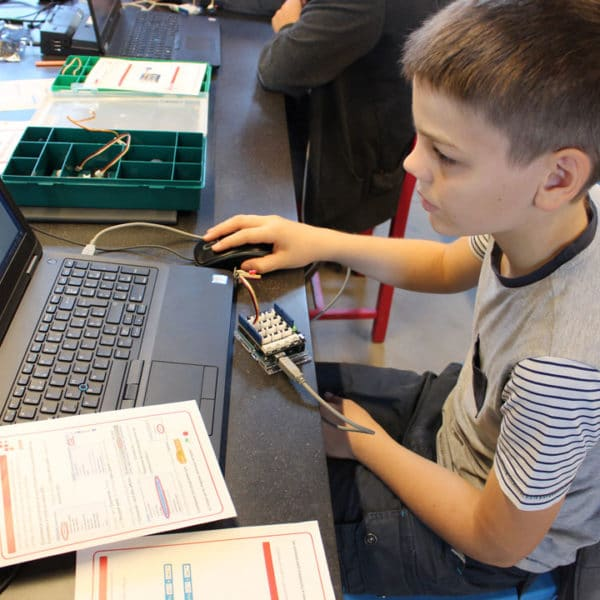 Animation scratch - enfant qui code sur ordinateur