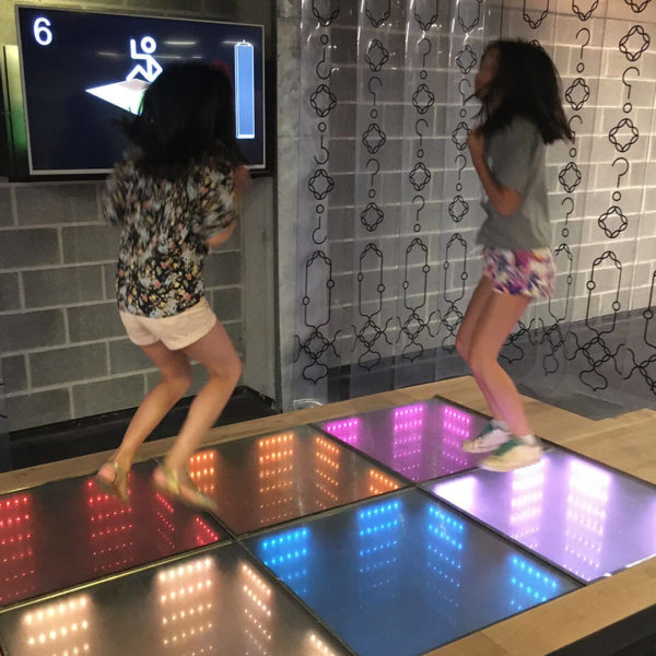 Filles sautant sur un dancefloor digital