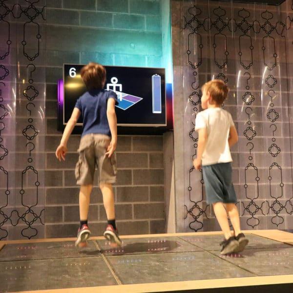 Garçons qui sautent sur une piste de dance interactive