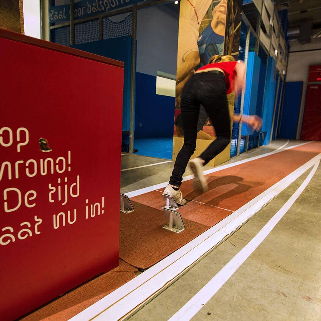 fille en sprint sur la piste d'athlétisme