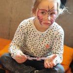 Jeune fille grimée en papillon