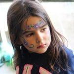 Petite fille maquillée en fleur